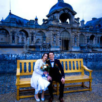 couple mariage château chantilly banc amour