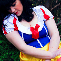 Blanche Neige assise